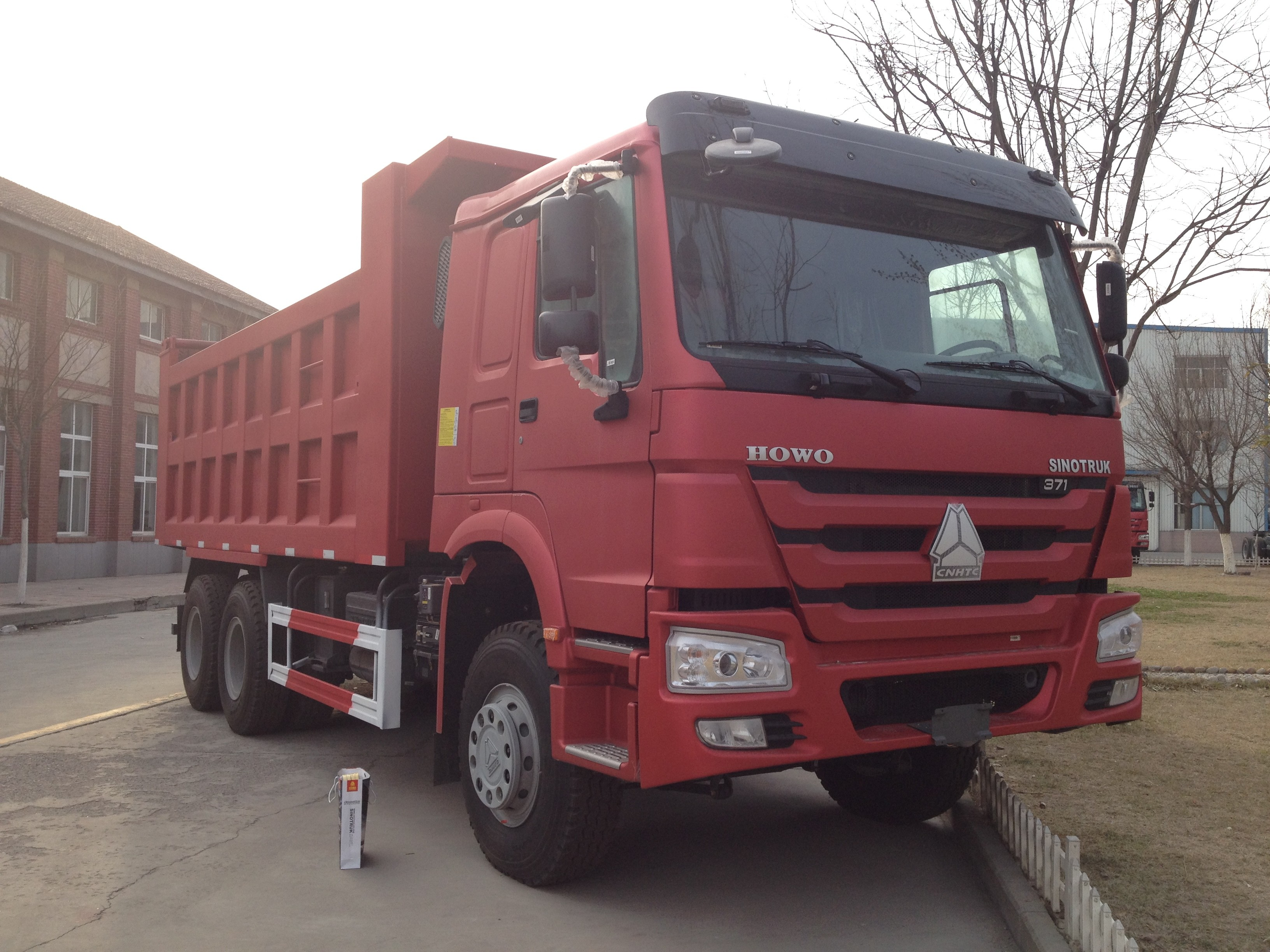 371hp Engine SINOTRUK HOWO Dump Truck For Transporting Sand Stone